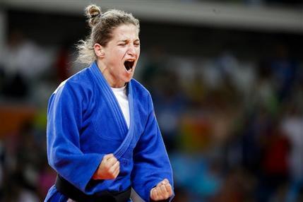 La judoca argentina Paula Pareto festeja después de ganar la medalla de oro en los 48 kilogramos en los Juegos Olímpicos de Río de Janeiro, Brasil, el sábado 6 de agosto de 2016. (AP Foto/Markus Schreiber)