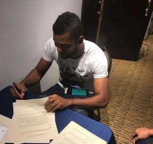 Miguel Borja firma el contrato con Palmeiras