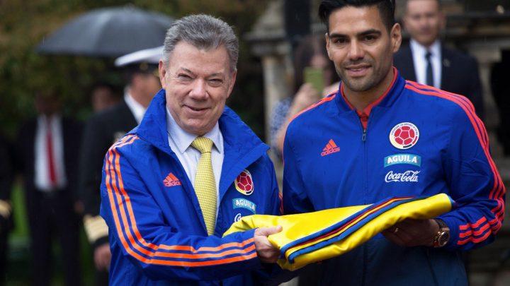 Selección Colombia recibió la bandera de la República a manos del Presidente Santos